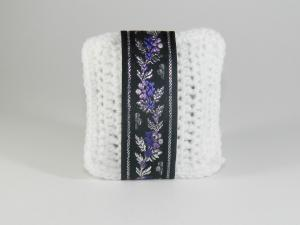 Pernuta crosetat manual cu motive traditionale, Umplut cu flori de lavanda, Alb, 7 x 9 cm