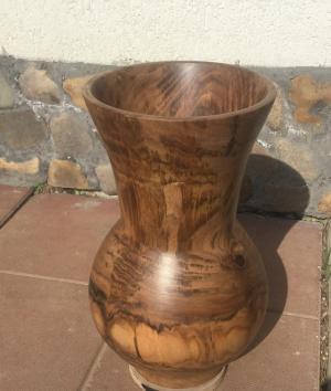 Vaza din lemn de nuc
