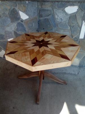 Masa din lemn lacuita in culoarea naturala a lemnului